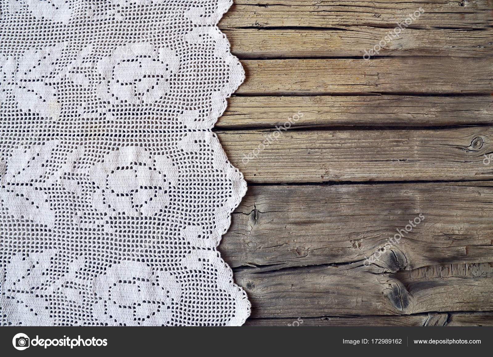 Vintage handgemachte Spitze Tischdecke auf rustikalen hölzernen ...