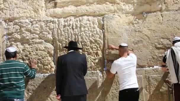 Zsidók imádkoznak a jajveszékelő falnál Jeruzsálemben, Izraelben.