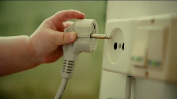 Babys Hand stecken Elektrostecker in Steckdose
