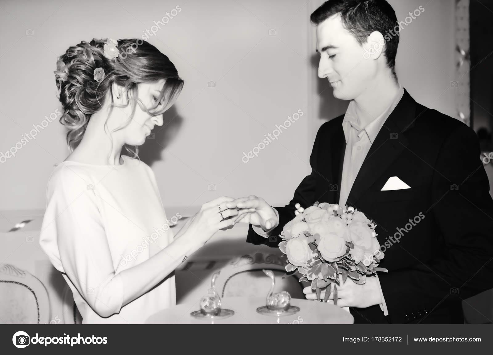 Matrimonio In Bianco E Nero : Registrazione del matrimonio in bianco e nero u foto stock
