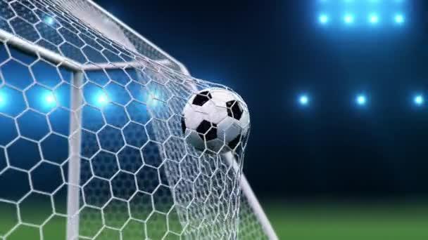 A focilabda a kapuba repült. A focilabda meghajlítja a hálót a kék ég hátterében