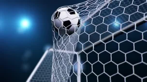 Fotbalový míč vletěl do branky. Fotbalový míč ohýbá síť, na pozadí modré oblohy