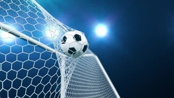 Fußball im Tornetz auf wunderschönem Himmelshintergrund. Ball flog ins Tor.