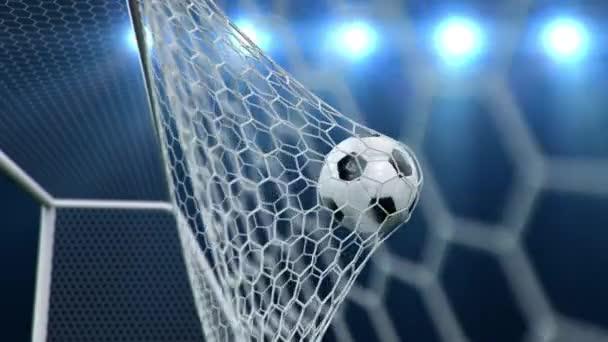 A focilabda meghajlítja a hálót a kék ég hátterében. A focilabda a kapuba repült.
