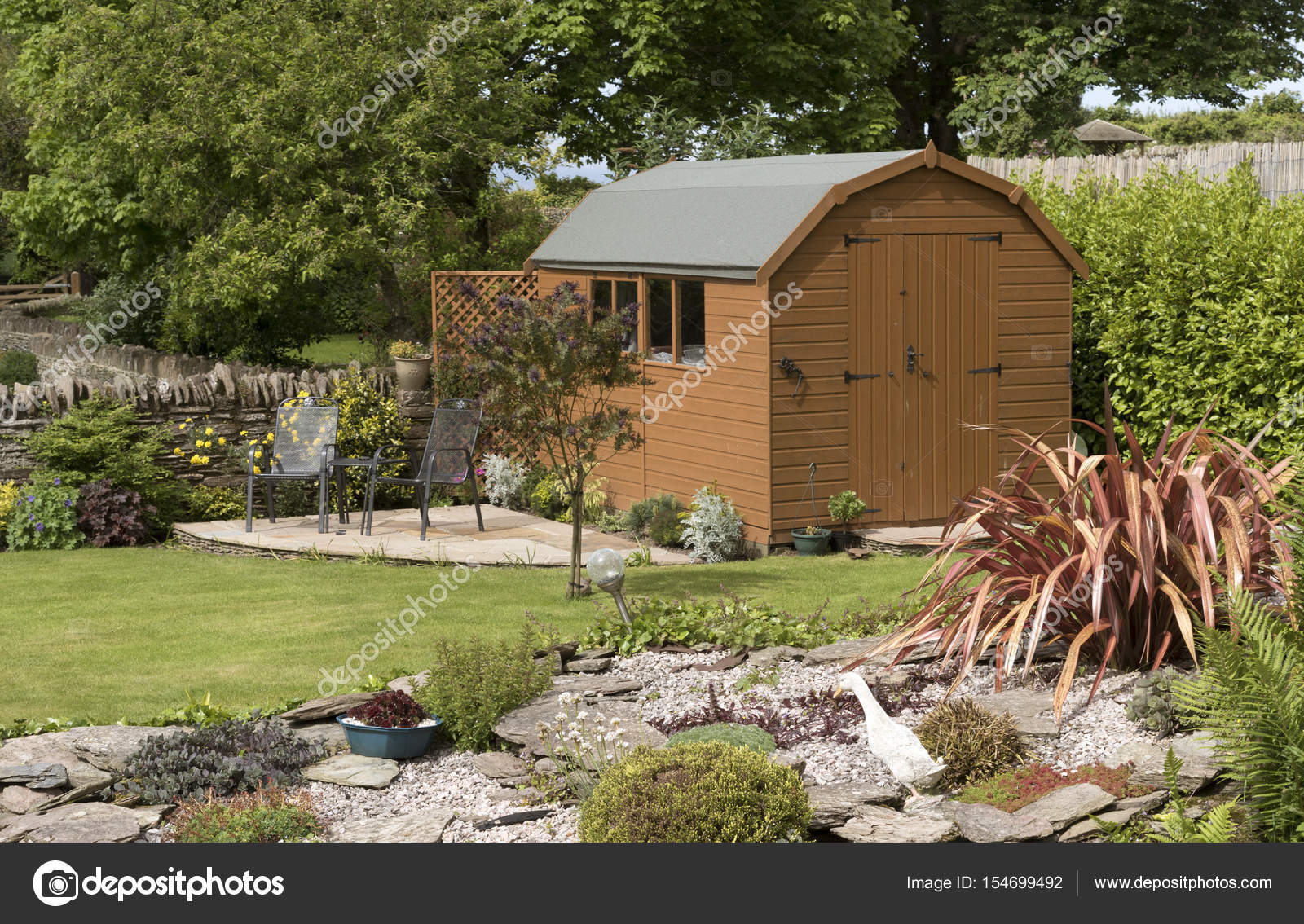 Garden shed in an English garden — Stock Photo © petertt #154699492