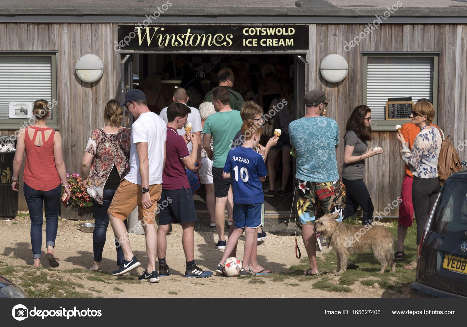 Clienti in fila per gelato fuori dal negozio Winstones su Rodborough Common  nel sud del Cotswolds 47fd0bbf6161