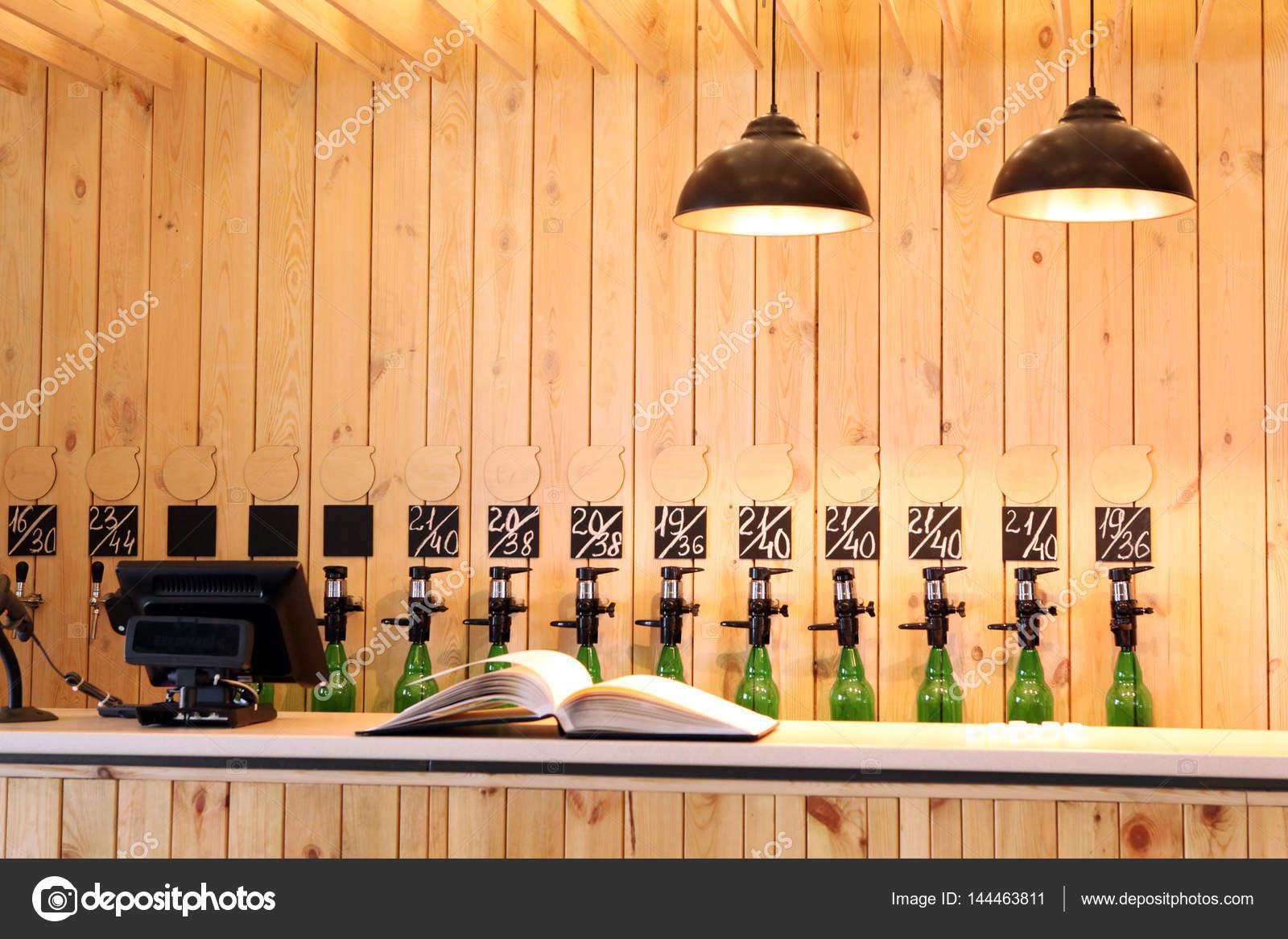 Die Bar Bier verschütten. Bier-Theke. Mass Bier vom Fass. Ich habe ...
