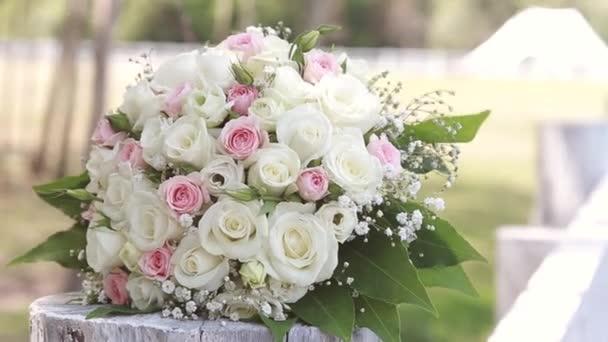 Svatební kytice růží ležící na plot