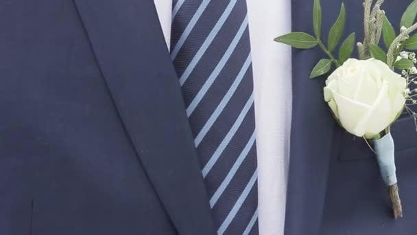 Nevěsta bílá růže připisuje Ženichova obleku