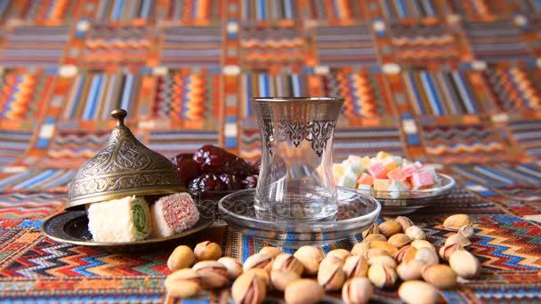 Turecký čaj z kovové konvici v tradiční pokrmy