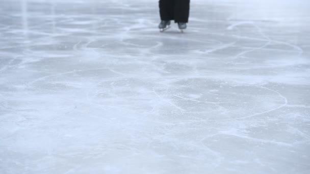 Dívka v zimě bruslení na ledě