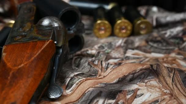 A shotgun töltényhüvelyek és egy régi shotgun álcázva vannak..