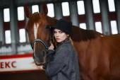 Gyönyörű lány gyaloglás a ló kalapban