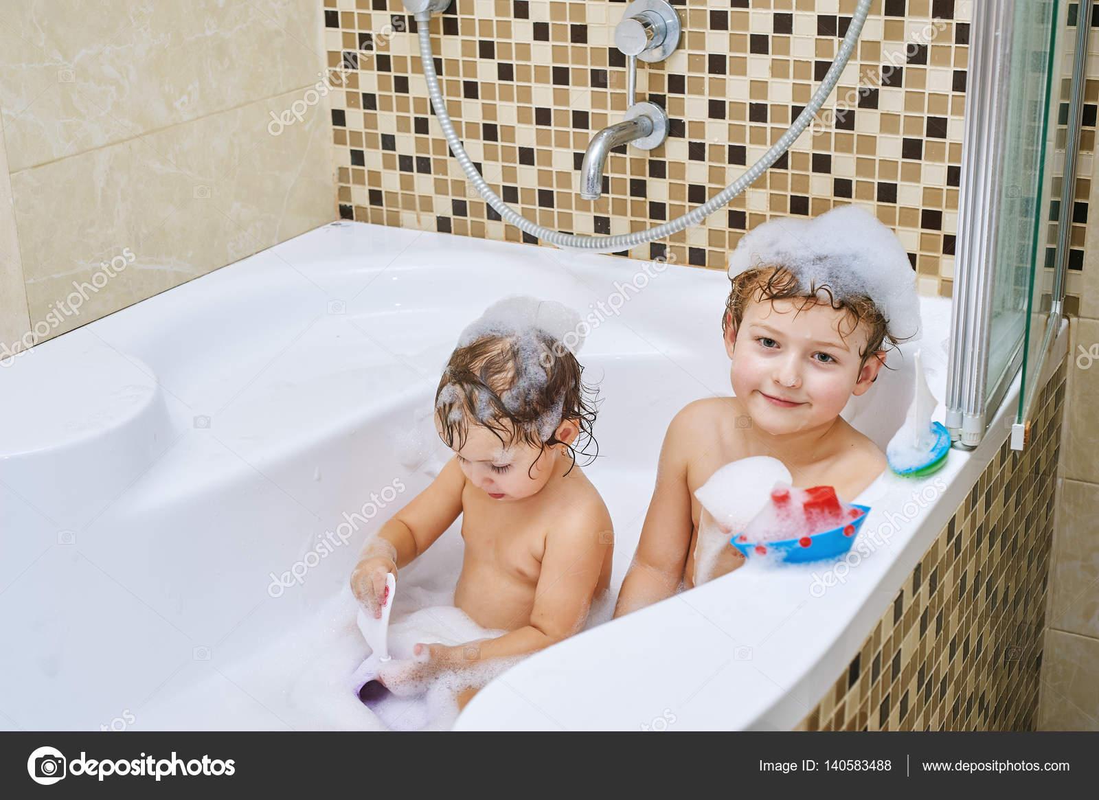 секс брат с сестрой в ваной