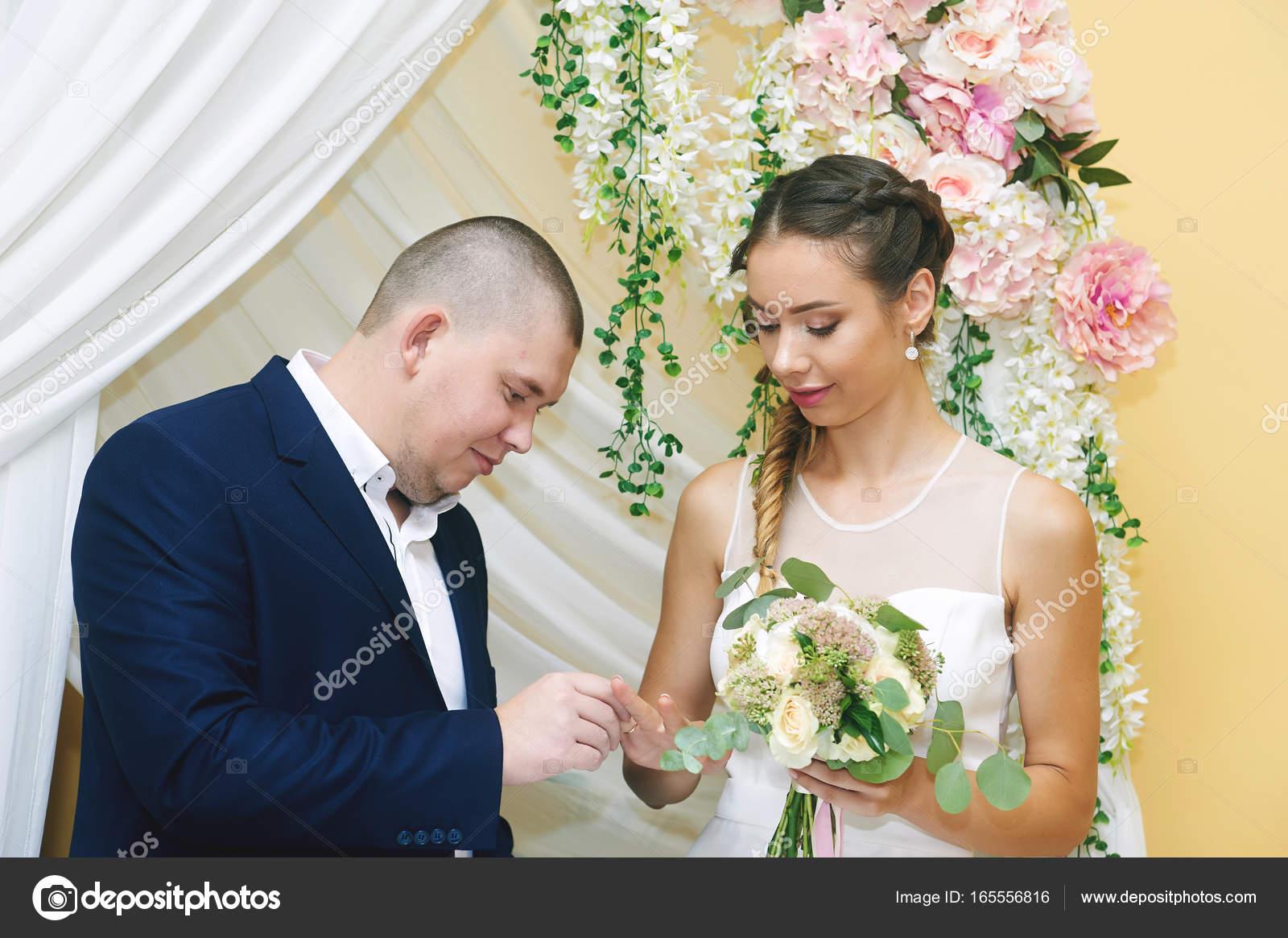 Hochzeits-Zeremonie. Die Braut und der Bräutigam kleiden Hochzeit ...
