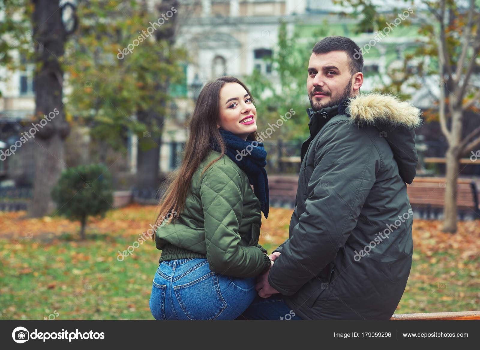 joven pareja romántica ciudad una pareja enamorados foto de stock