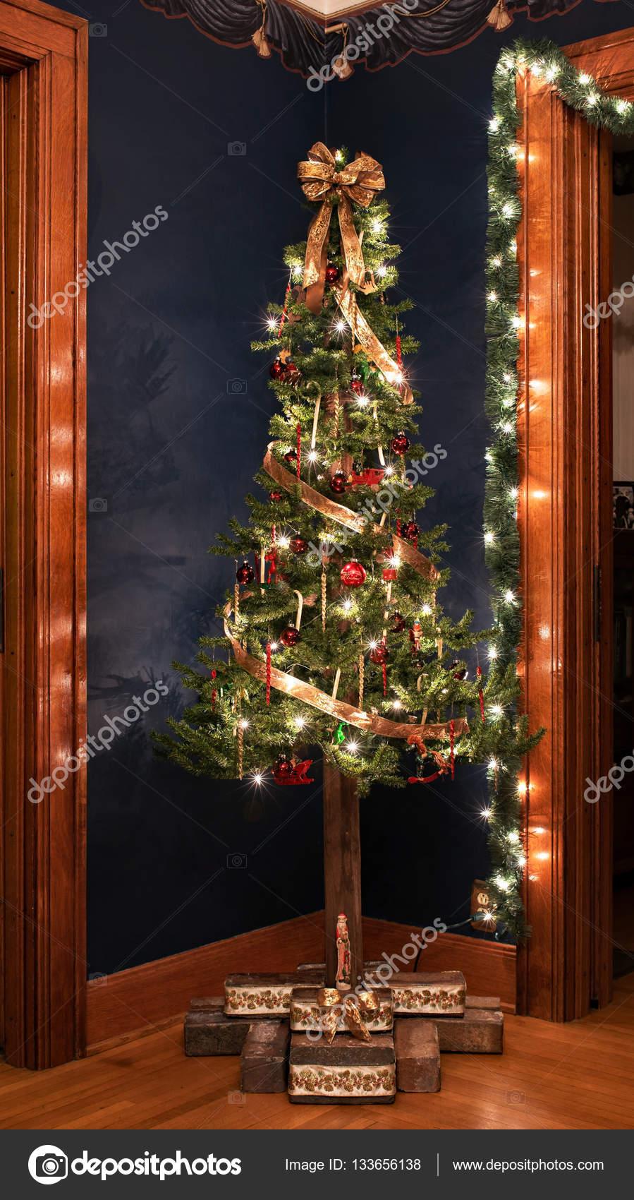 Immagini Natale Vittoriano.Albero Di Natale Vittoriano Contro La Parete Blu Navy Foto Stock