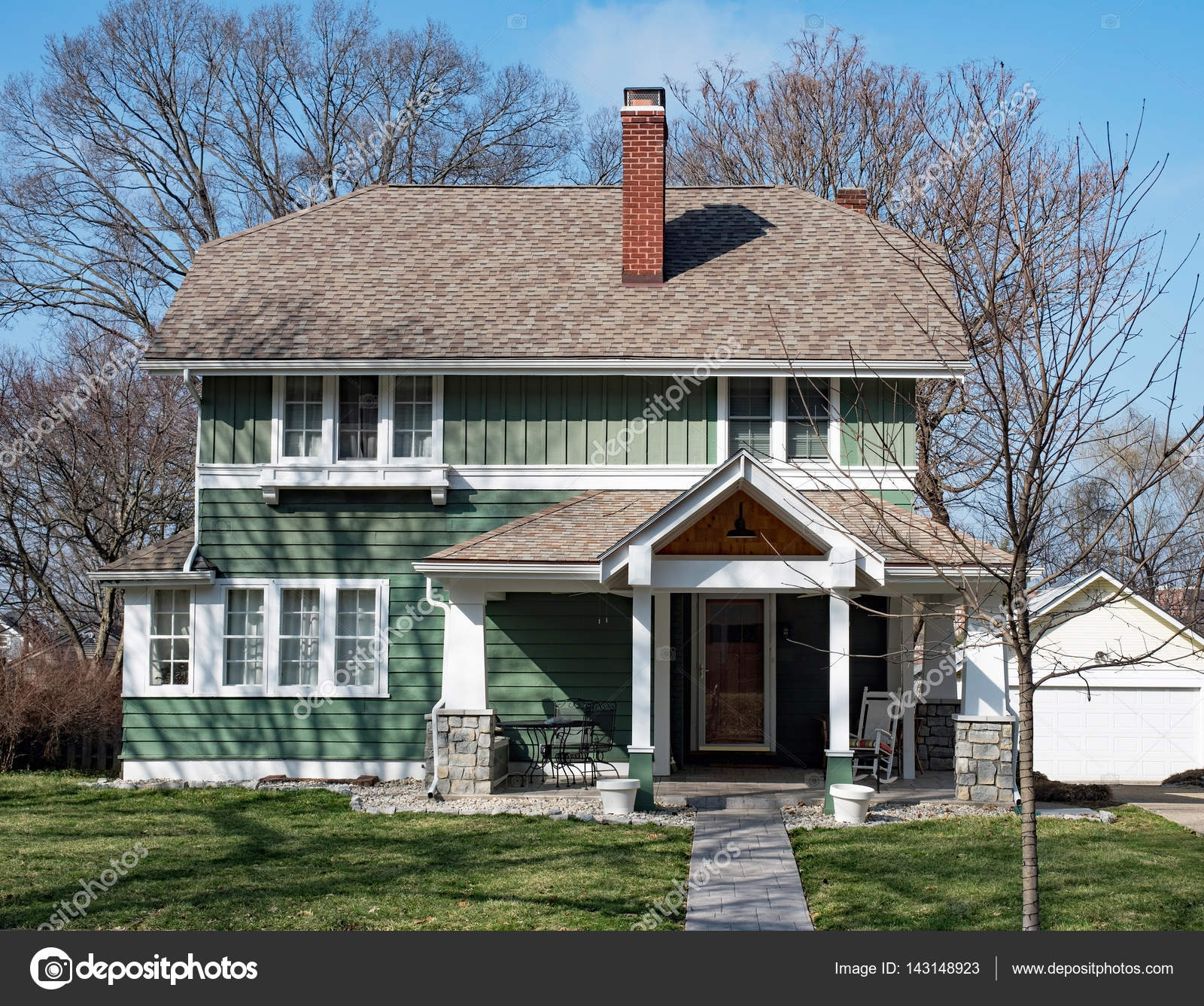 Grünes Haus mit Walmdach — Stockfoto © Lawcain #143148923