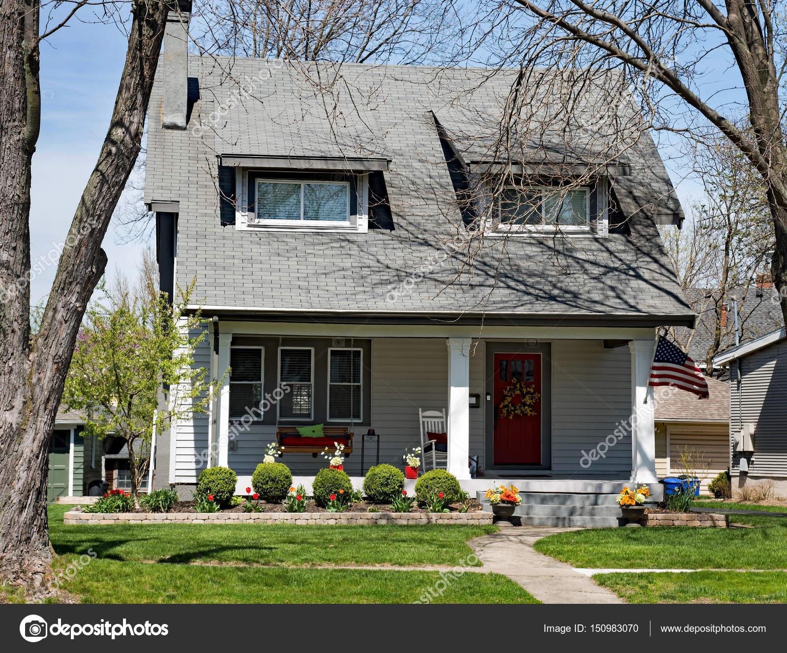 Stedelijke wijk huis met veranda meubelen u redactionele stockfoto