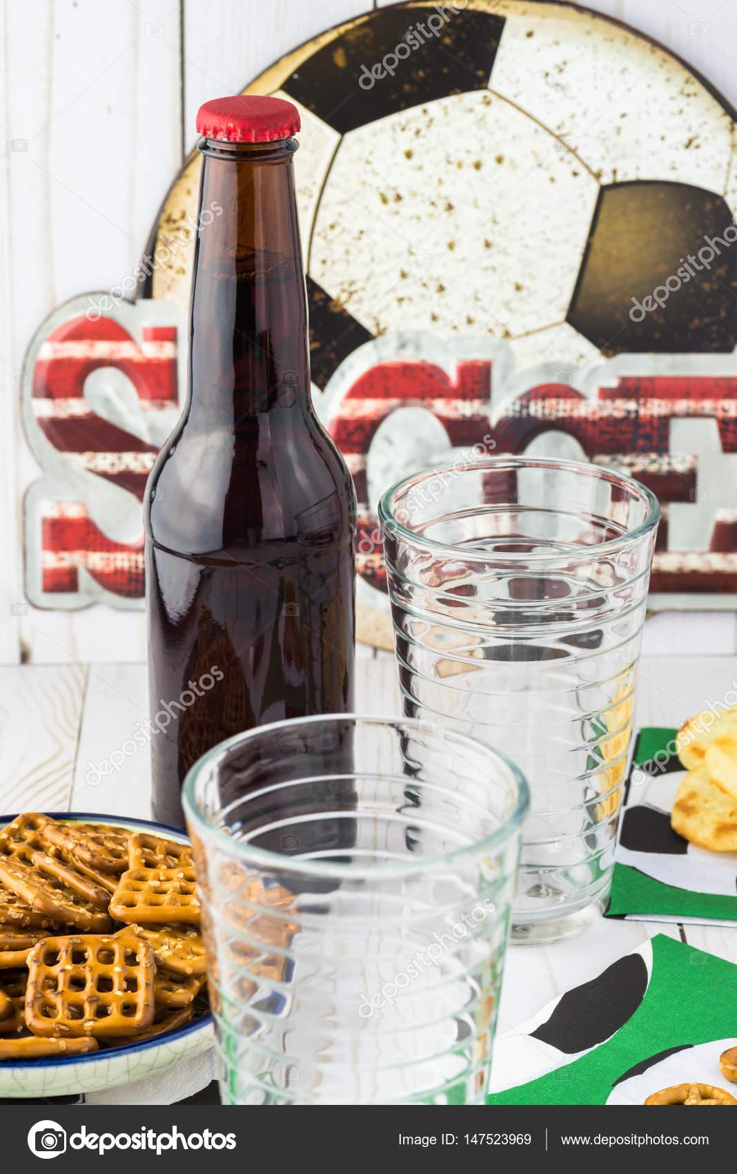 Juego Mesa Cerveza Botella De Cerveza Y Copas Aperitivos En La
