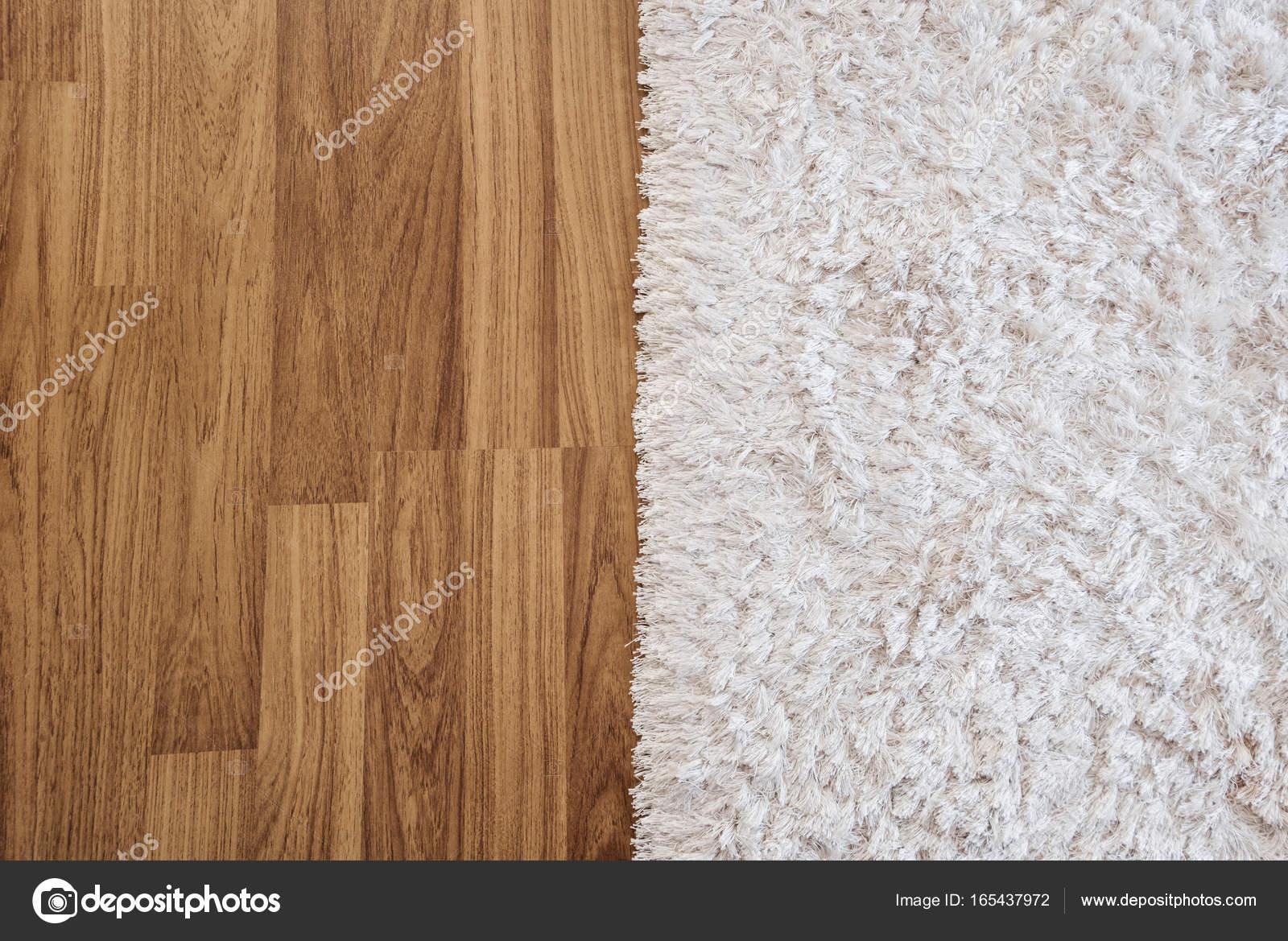 Tappeto di close-up di lusso bianco su laminato pavimento in legno ...