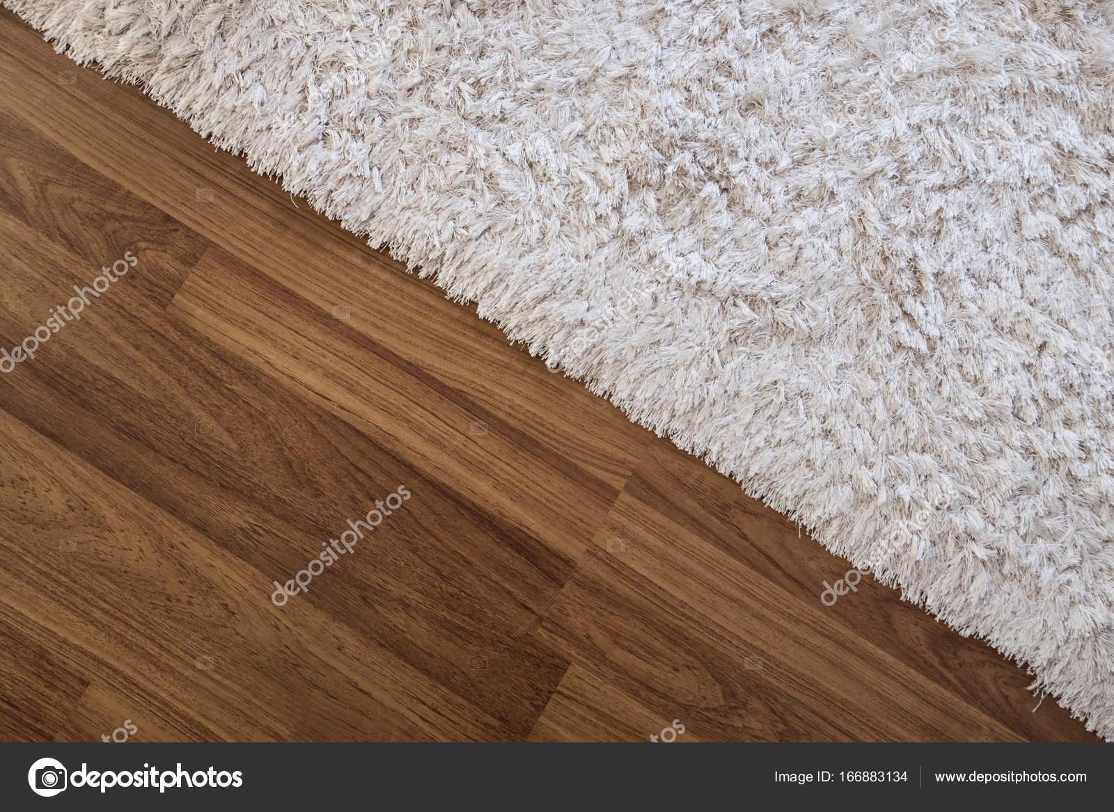 Close-up weißer Teppich auf Laminat Holzboden im Wohnzimmer ...
