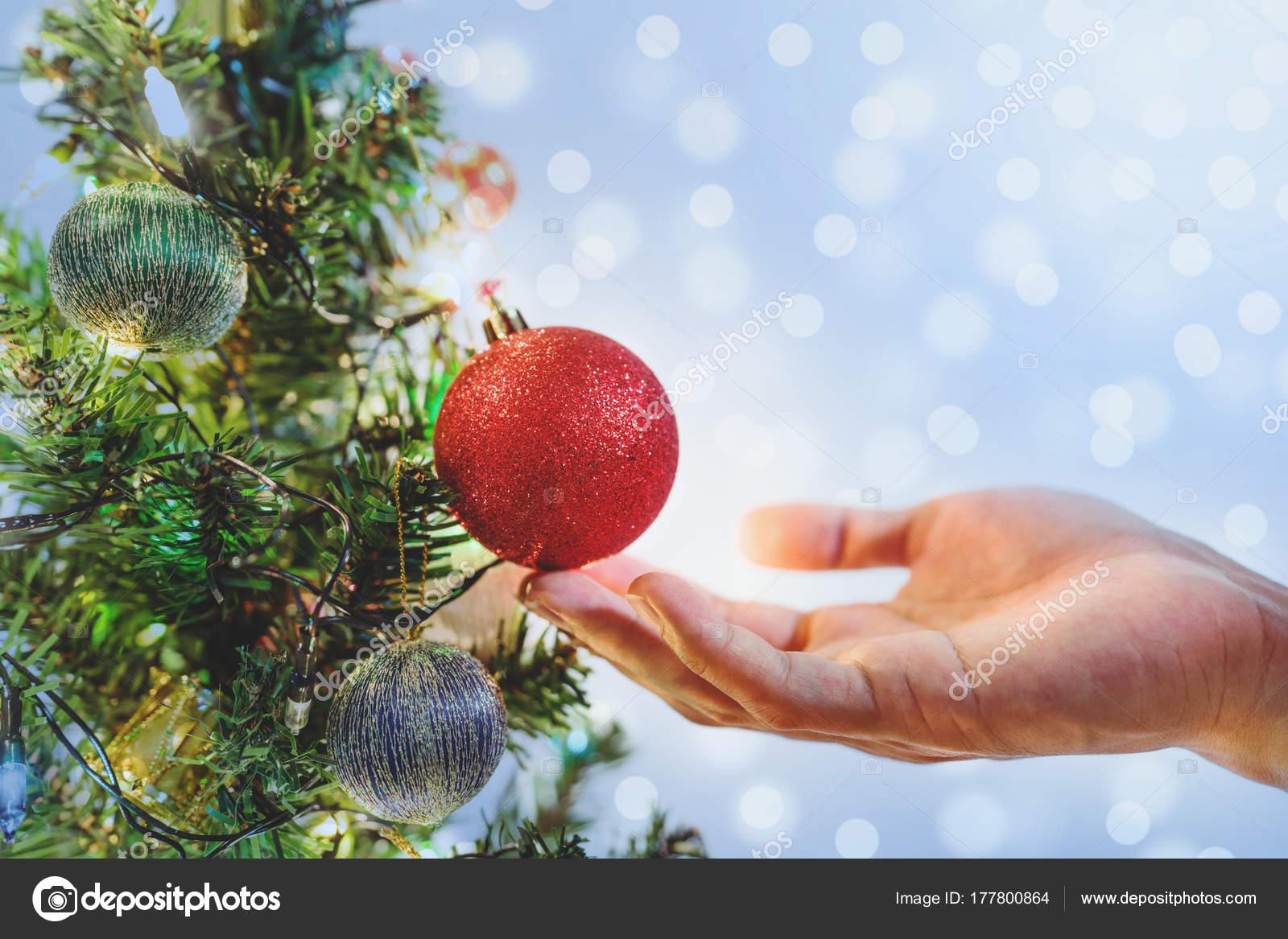 Mano sosteniendo bolas rojas navidad rbol navidad para for Arbol de navidad con bolas rojas