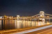 Éjszakai kilátás Bupapest, Magyarország Széchenyi Lánchíd.
