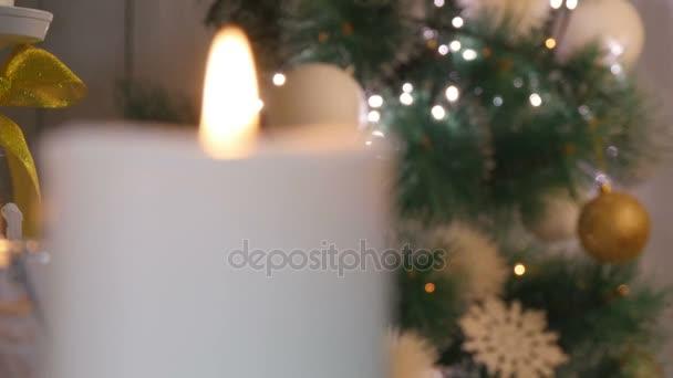 Vánoční svíčky a ozdoby tmavém pozadí světla