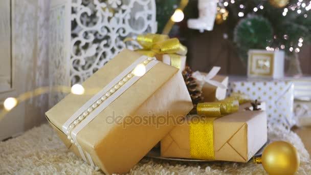vánoční dárky a ozdoby na dřevěné pozadí