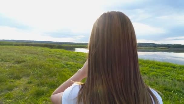 Gyönyörű kislány ruha megy zöld mezőn