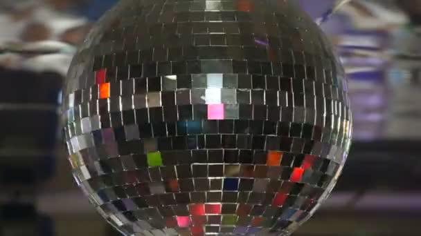 Disko koule rotující a zářící v klubu