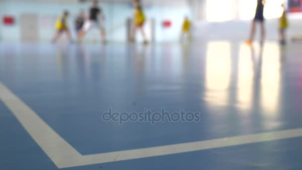 Fußball-Futsal-Training für Kinder. Hallenfußball jungen Spieler mit einem Fußball in der Sporthalle.