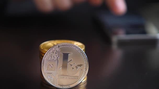 Litecoin detail světy crypto virtuální platební systém. Smartphone, čtení finanční zprávy na akciových trzích
