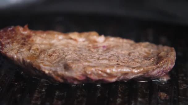 Vaření kousek šťavnatý steak