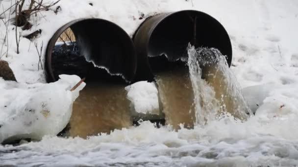 Špinavá voda vytéká z betonové potrubí. Znečištění životního prostředí