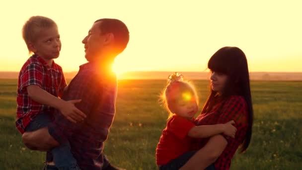 Šťastná rodina se baví venku. Otec a matka relaxovat s dětmi.