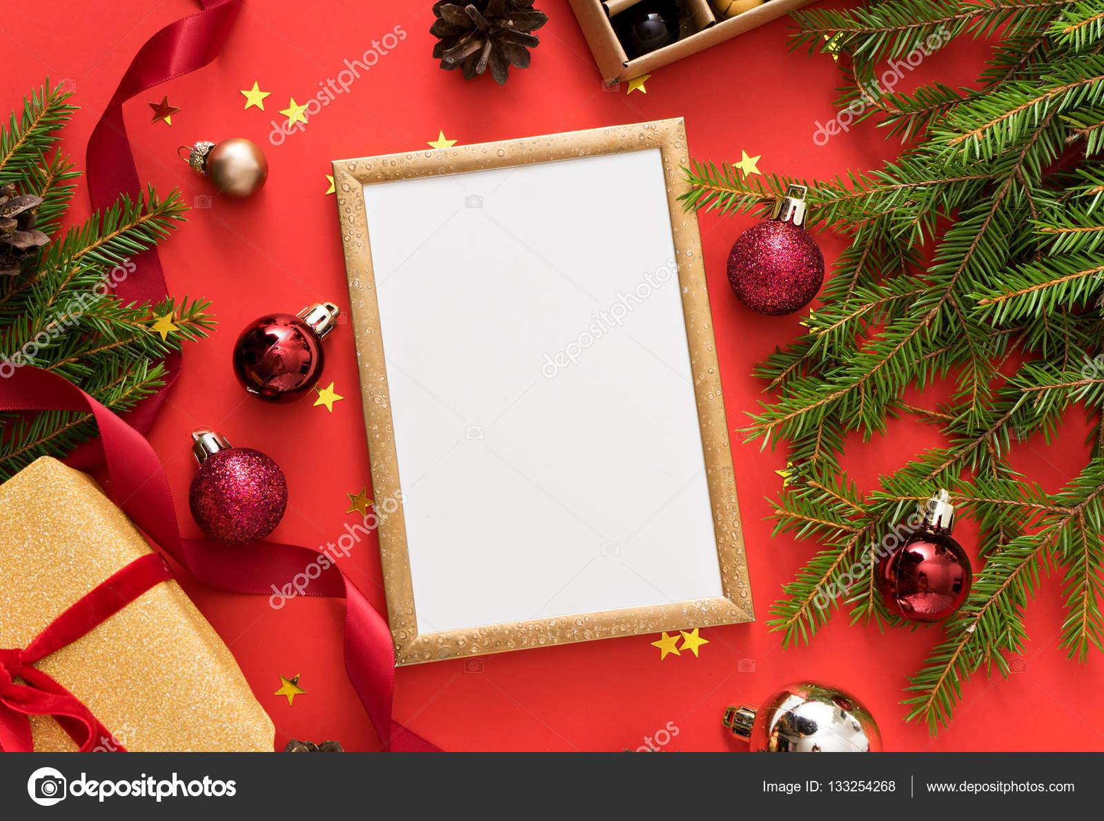 Kerstdecoraties Met Rood : Kerstdecoratie op rode tabel u2014 stockfoto © christina pauchi #133254268