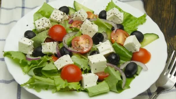 salát s čerstvou zeleninou a sýrem feta