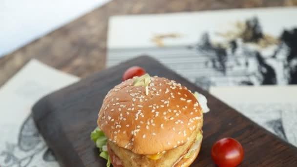 Chutné burger se sýrem, salátem, cibulí a rajčaty