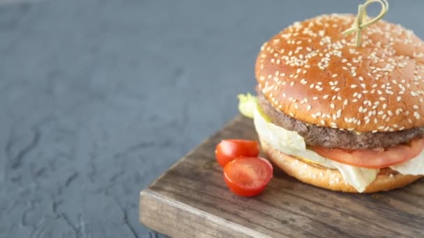 sendvič na dřevěný stůl