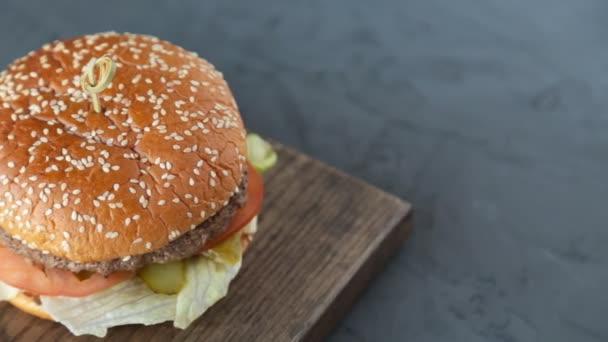 Hamburger na dřevěné pozadí