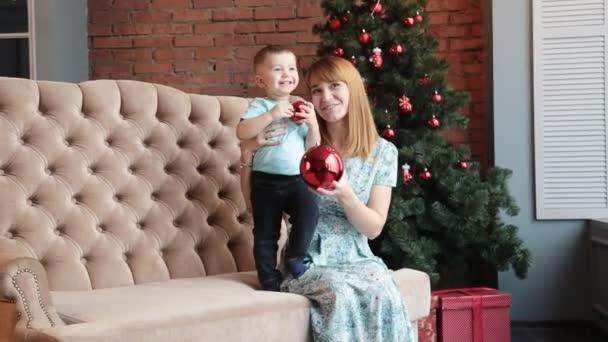 Glückliche Mutter und Sohn feiern Weihnachten