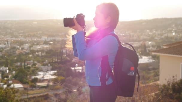 Frau ist ein professioneller Fotograf mit Dslr-Kamera