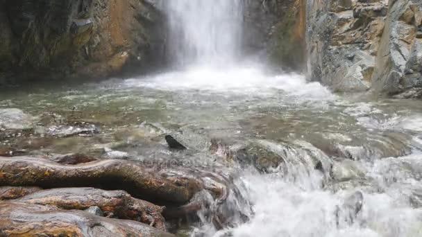 vodopád na horské řece