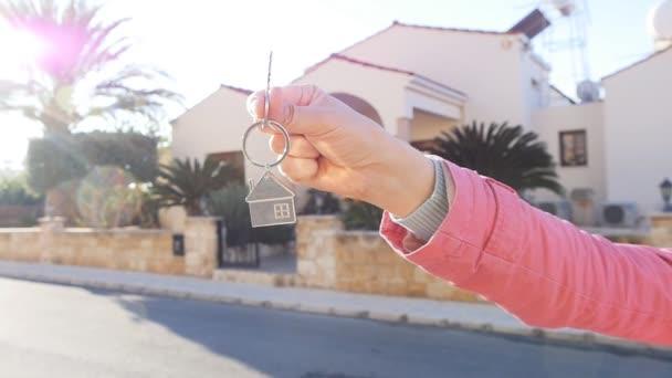 Una mano tiene una chiave dalla nuova casa