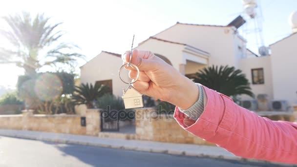 Ruka drží klíč z nového domova