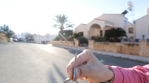Hand mit dem Schlüssel aus dem neuen Haus