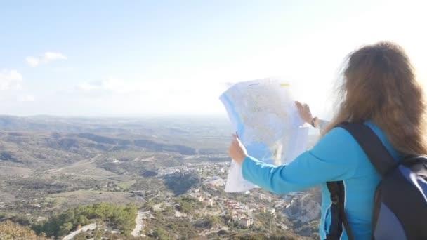 Mladá žena cestovatel s batohem a mapou