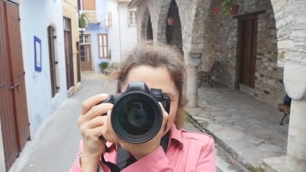 junge Fotografin mit Kamera